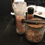 肉が一番 - 卓上に常備してる ヒマラヤ岩塩&ガーリックチップ