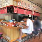 七福亭 - 店内は、カウンター席メインです。 1卓ほど4人分のテーブルがあります。