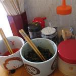 七福亭 - 卓上にはスリゴマ・コショウ・ニンニクペースト・紅ショウガ・辛子高菜。