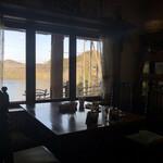 イングルサイドカフェ - 窓向こうに青蓮寺湖