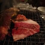 炭火焼肉 ゴン太 - 炭火焼き、店内ケムケム