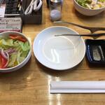 たじま炭火焼肉 輪が家 - サラダ、セッティング