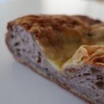 ブランジェ浅野屋 - チーズの香ばしさとクルミのカリカリ、もっちり生地。