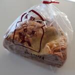 ブランジェ浅野屋 - 全粒粉クルミ&チーズ(410円税込)