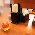 長崎らーめん 西海製麺所 - 卓上にはもちろんパーテーション