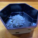 喜久寿司 - 1段目は釜揚げシラスが入ってた...