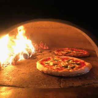 薪窯で香ばしく焼き上げたピッツァ