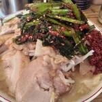 ラーメン 神豚 - 料理写真:小豚ラーメンの全マシ、辛い奴、ニラキムチ。