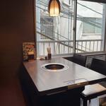 焼肉三松 - テーブル席