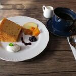 醗酵Cafe 華茂未来 - 米粉シフォンケーキ。発酵果物がいいアクセント。食器の風合いも良し。