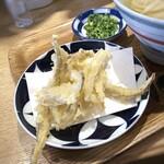 かまわん - ◆ごぼう天は「ささがき」にして揚げてありサクサク食感。ただ200円としては量が少ないような。 少しそのまま頂いて、残りは丼に入れて。