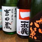 蕎喜 - お店で取り扱っている日本酒です。左から「香住鶴」、「手取川吉田蔵」、「一本義」、「船中八策」です。この他に「青森 田酒」、「立山」も。