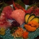 14690293 - 2000円お刺身盛り。前日銀座の寿司屋さんに行ってきたばかりなのに、ここでも変わらない位の新鮮で美味しいものでした!