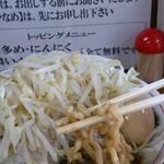 ラーメン大 - 麺は太い茶色い縮れ麺
