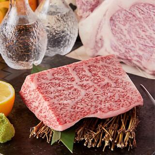 柔らかい肉質と甘い脂身が特徴の鹿児島黒牛黒豚使用