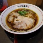 山なか製麺所 - 醤油らーめん(700円、斜め上かがら ややピントがずれている)
