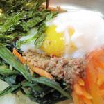 菜ずき  - 白ご飯の上に、人参・ほうれん草・ひき肉。                             トッピングの玉子は温泉卵です。