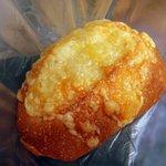風の邱 焼きたてパン工房 - 【2012.8.26】3種のチーズ三昧フランスパン(250円)。チーズは、チェダー・プロセス・ナチュラルの3種を使用とのこと。