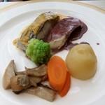 14693666 - メダイと白身魚のヴぁプール、赤ワインとうに風味のソース