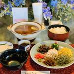 ヨロンの味たら - ☆鶏飯は、お椀に入れたご飯の上にほぐした鶏肉と具材や薬味をのせて、鶏ガラのスープをかけて食べる。