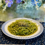 ヨロンの味たら - ■モリンガ麺のペペロンチーノ ◎ヨロン島で栽培されている栄養価が高い植物モリンガの葉を練りこんで作った麺。