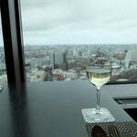 オーヴェスト - グラスワインの白(1000円)と眺め