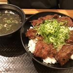 韓丼 - 上ハラミ丼 890円  わかめスープ付