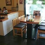 14695358 - 中央の奥にもカウンター席があり、右はテーブル席が並んでいます