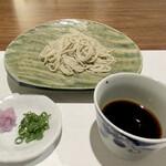 日本料理若林 - 栃木県常陸秋そばの自家製10割り蕎麦 蕎麦はコシがあり喉越しも良いです。 蕎麦つゆは鯖節と鰹節の出汁を元にしたかえしから、自然な甘みが感じられ濃さも丁度良く蕎麦に合っています。