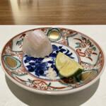 日本料理若林 - お造り 宮城県産のヒラメ 広島の藻塩と酢橘で 身と縁側を一緒にいただくと、身の上品さに縁側の脂の強さが見事に調和し、食感も良くとても美味です。