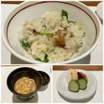 日本料理若林 - 里芋とセリの炊込みご飯 里芋のトロンとしたやわらかさに、ご飯の程良い硬さを残した炊き加減がいい、こんな塩梅が大好きです。 セリの風味が良く春の訪れを間近に感じます。 なめこの味噌汁に美味しいお漬物。