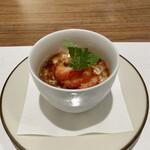 日本料理若林 - デザート 16穀米の牛乳寒に白ワインゼリー 穀物の色々な食感が楽しいです♪ 上から黒蜜をかけてますが、牛乳寒に合いますね、美味しい♬ 苺の甘酸っぱさがフレッシュさをプラスしてます。