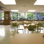 中野満点食堂 - 中野サンプラザ前の並木が、借景のように綺麗です。