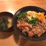 夜ノ焼魚 ちょーちょむすび - 胡麻漬け鰤丼(880円)大盛