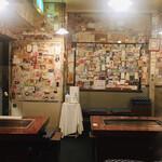お好み焼 きじ - 店内に貼られた世界各国の紙幣