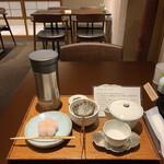147013146 - 季節の生菓子のセット                       雁り金茶のセット 1,320円