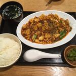 もつ焼き 栄司 - 麻婆マルチョウ定食(1,000円)全景。