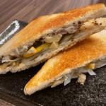 鯖の味噌煮サンド シチリア風