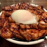 147025719 - 肉盛りとろ〜り温泉たまご豚丼