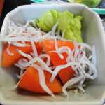 網元料理萬蔵丸 - 網元定食のしらすとトマトのサラダ