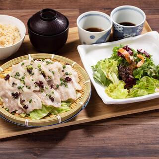 全国から仕入れた旬の食材を使用した和食料理
