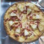 べじたぶるkitchen イロドリ - カマンベールチーズとベーコンのピザ。ベーコンはふるさと納税で人気の全国食肉学校のベーコンです。