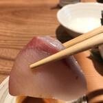 神保町魚金 弐 - 玉手箱一人前1131円。ブリ。鮮度、脂のりに加えて、切り口も良く、とても美味しくいただきました(╹◡╹)