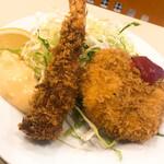 洋食屋 大越 - サイドメニューの海老フライと蟹クリームコロッケ