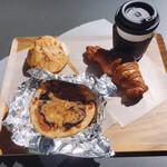147055178 - パンとコーヒー