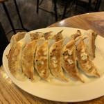 147059970 - 手前が、焼き餃子(にんにく有)                       奥が、海老餃子