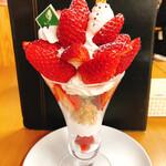 観音山フルーツパーラー - 雪だるまのいちご農園パフェ ¥1980税別