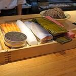 祇園楽味 - ネタ箱に入った魚介類