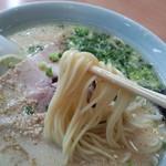 一番星 - 麺は弾力と伸びのあるモッチリ感とスープとのバランスを楽しみましょう!