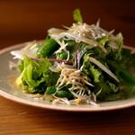 ごはんや一芯 - 春野菜と燻製しらすのサラダ